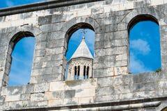 De forntida väggarna av det Diocletian slott- och kyrkas tornet, Kroatien Royaltyfri Fotografi