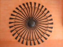 De forntida vapnen som staplas i en cirkel, hänger på väggen av orangutanget Arkivfoto