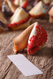 De fortuinkoekjes met rood suikergoed worden verfraaid bestrooit macro die Vertic Royalty-vrije Stock Afbeelding
