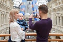 De foto's van de familie op digitale camera Stock Afbeelding