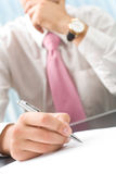 De foto van de close-up van hand met pen Stock Foto