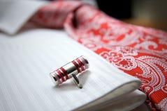 De foto van de close-up van nagel op wit overhemd met rode band royalty-vrije stock foto
