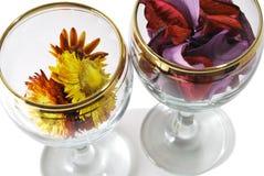 De foto van de close-up van twee glazen met gedrukte bloemen Stock Foto's