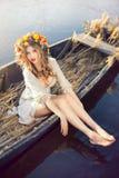 De foto van de fantasiekunst van een mooie dame in boot Stock Afbeeldingen
