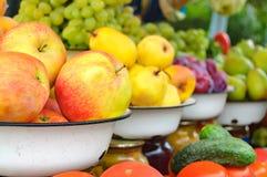 De foto van de landbouwbedrijfmarkt met verschillende groenten en greens Royalty-vrije Stock Fotografie