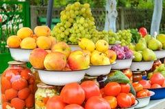 De foto van de landbouwbedrijfmarkt met verschillende groenten en greens Royalty-vrije Stock Foto