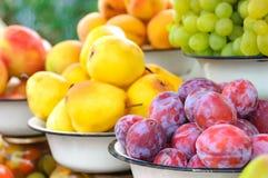 De foto van de landbouwbedrijfmarkt met verschillende groenten en greens Stock Foto