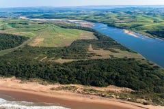De Foto van de Lucht van de Gebieden van het Suikerriet van het Strand van de Riviermonding Royalty-vrije Stock Foto