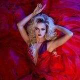 De foto van de manier van jonge prachtige vrouw in rode kleding Zij is bang stock afbeeldingen