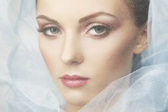 De foto van de manier van mooie vrouwen onder blauwe sluier Royalty-vrije Stock Foto's