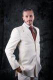 De foto van de manierstijl van een mens, wit kostuum Stock Fotografie