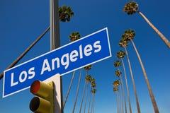 De foto van de palmen op een rij op verkeersteken van La Los Angeles zet Royalty-vrije Stock Foto's