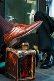 De foto van de Shiners van een Schoen bezit schoen Royalty-vrije Stock Afbeelding