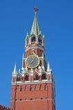 De klok op de toren op Rood Vierkant in Moskou Stock Fotografie