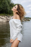 De foto van de voorraad van mooie lange donkerbruine vrouw op het strand in Stock Afbeelding