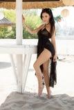 De foto van de voorraad van mooie lange donkerbruine vrouw op het strand in Royalty-vrije Stock Fotografie