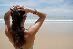 De foto van de voorraad van mooie lange donkerbruine vrouw op het strand in Royalty-vrije Stock Foto's