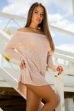 De foto van de voorraad van mooie lange donkerbruine vrouw op het strand in Royalty-vrije Stock Afbeelding