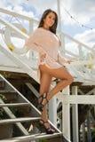 De foto van de voorraad van mooie lange donkerbruine vrouw op het strand in Stock Fotografie