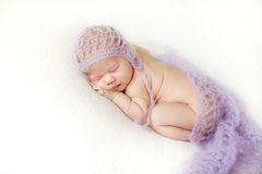 De foto van een pasgeboren baby krulde omhoog het slapen op een deken royalty-vrije stock afbeelding