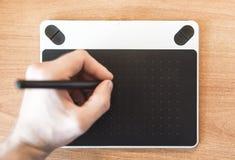 De foto van de grafische tablet waarop een hand trek royalty-vrije stock foto's