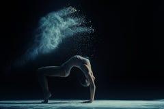 De foto van het concept Vrouwelijke danser in wolk van stof royalty-vrije stock fotografie