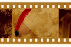 De foto van het frame met uitstekende paginainktpot en veer stock afbeeldingen