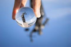 De foto van het rechtvaardigheidsbeeldhouwwerk van een glasbal Stock Afbeeldingen