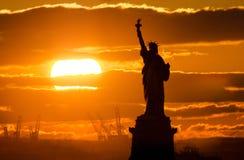 Standbeeld van vrijheid bij zonsondergang Stock Foto