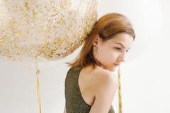 De foto van de manier van mooie vrouw met ballons Het stellen van het meisje Sluit omhoog Stock Foto's