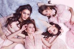 De foto van de manierstudio van vier elgant vrouwen in roze en blauwe kleding Royalty-vrije Stock Fotografie