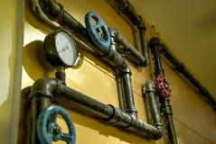 De foto van metaalpijpen voor watervoorziening stock foto