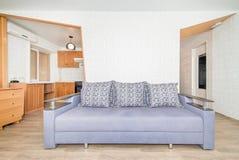 De foto van de zaal en de keuken in de flat royalty-vrije stock foto