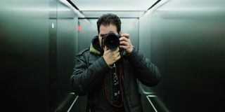 De fotograaf die een cinematic spiegel selfie met analoge wolframfilm nemen kijkt en korrel voor ISO 800 royalty-vrije stock foto's