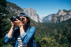 De fotograaf die van de aard beelden in openlucht neemt royalty-vrije stock fotografie