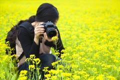 De fotograaf die van de vrouw beelden in aard nemen Stock Foto's