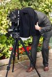De fotograaf fotografeert de oude camera op een groot formaat Stock Foto's