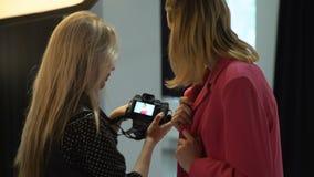 De fotograaf modelmededeling van de coulissemanier stock footage