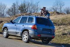 De fotograaf neemt beelden van de auto Stock Afbeelding
