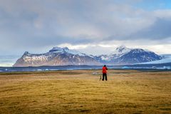 De fotograaf neemt een foto in IJsland stock fotografie