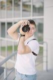 De fotograaf neemt een foto Portret van de jonge mens, toerist met c Stock Afbeelding