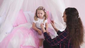De fotograaf past zijn model van het rokmeisje aan stock videobeelden