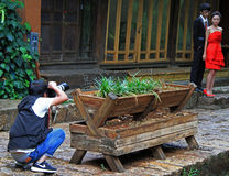 De fotograaf schiet bruidegom en bruid royalty-vrije stock afbeeldingen