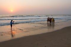 De fotograaf treft voorbereidingen om een beeld van een grote Indische familie te nemen India, Karnataka, Gokarna, Februari 2017 Stock Afbeeldingen