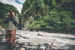 De fotograaf van de mensenreiziger met camera die foto van bergen nemen Stock Afbeeldingen