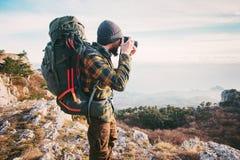 De fotograaf van de mensenreiziger met rugzak Stock Afbeeldingen