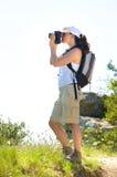 De fotograaf van de vrouw in de campagne Stock Afbeelding