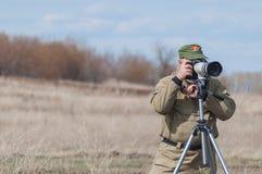 De fotograaf werkt bij het schieten van een rapport over de Tweede Wereldoorlog royalty-vrije stock foto