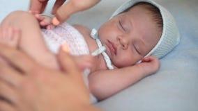 De fotograaf zet pasgeboren jongen voor een photosession stock video