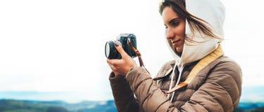 De fotograafreiziger op groene bovenkant op berg, toerist het kijken geniet aard van panoramisch landschap in reis, meisjesholdin royalty-vrije stock afbeeldingen
